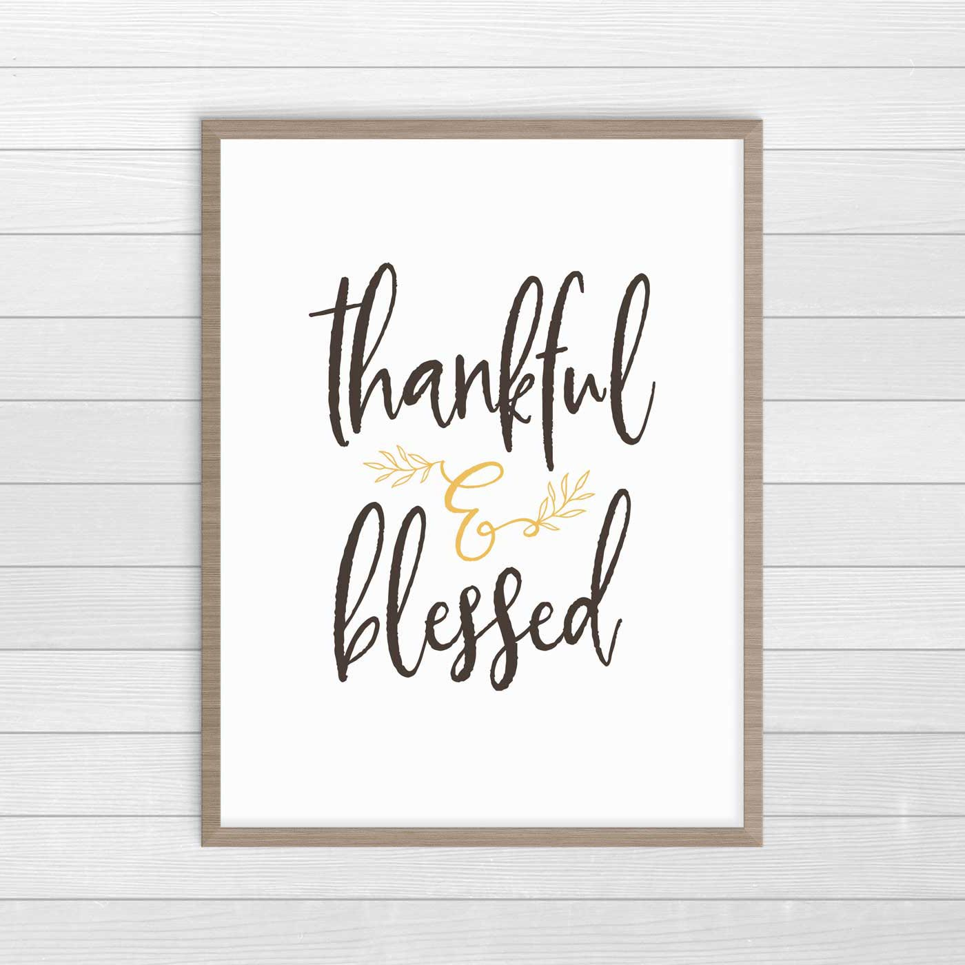Loving this modern farmhouse Thanksgiving decor. These are free printable downloads. Click over to see all of them. #ThanksgivingDecor #FreePrintables #FarmhouseDecor