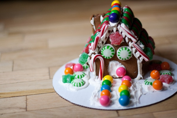Use the mini gingerbread house template here to make a bunch of pint sized houses for little ones to decorate. If you're hosting a gingerbread house decorating party, this might be just what you need. #GingerbreadHouse #Party