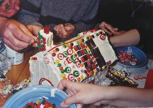 Large rectangle gingerbread house template. This is just right for making a gingerbread house that the whole family can decorate together. #HolidayTraditions #GingerbreadHouse #ChristmasActivities