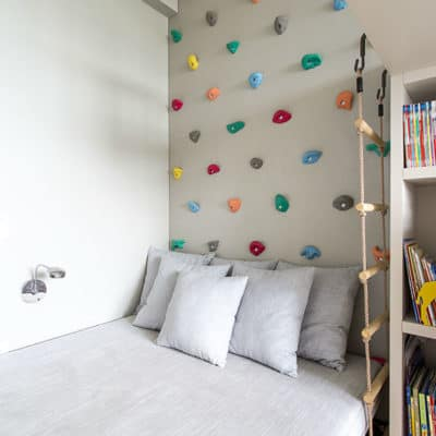 Make a climbing wall over kids bed