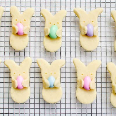 Adorable bunny hug cookies DIY Easter cookie idea.