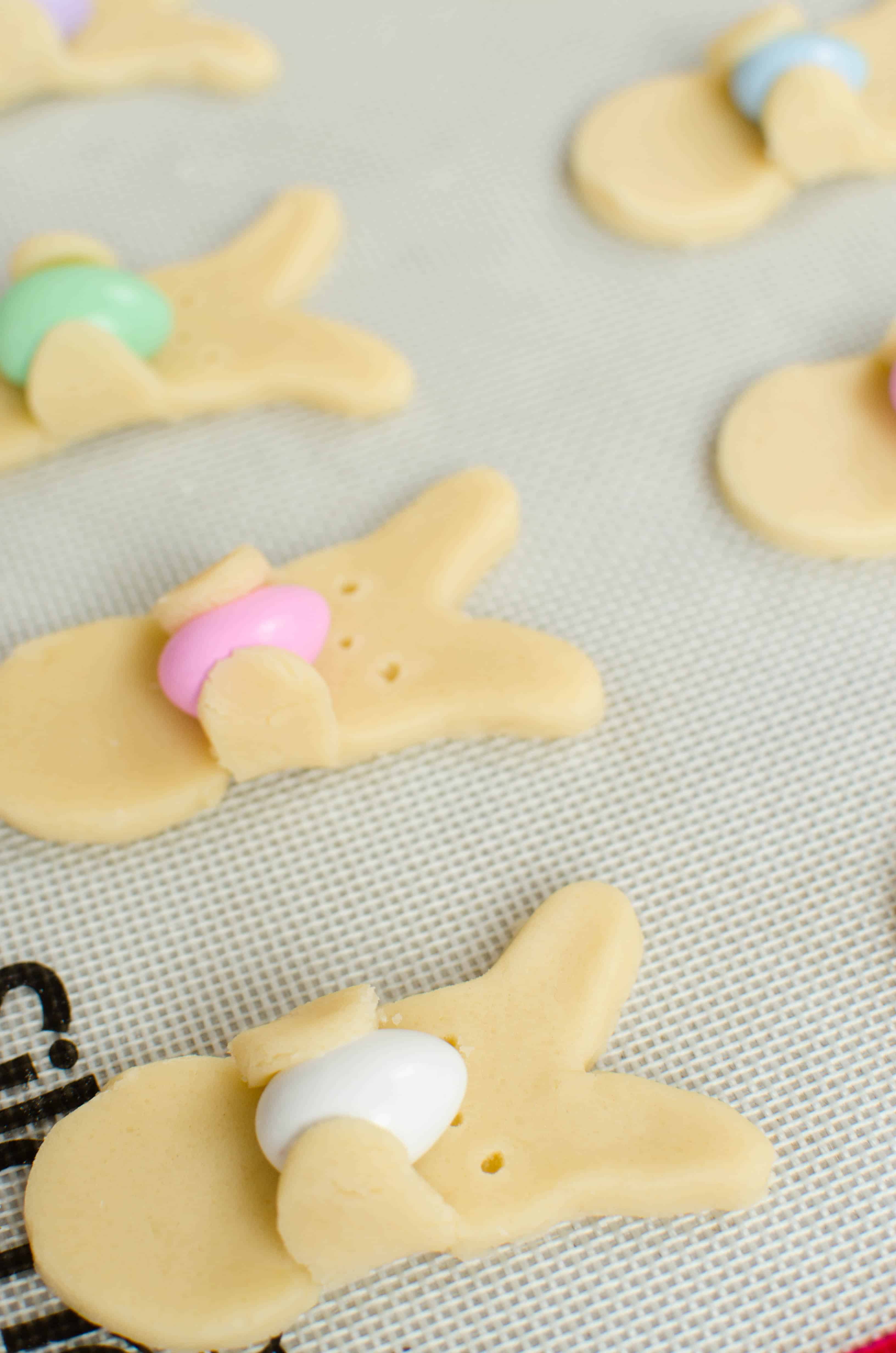 Click through for the details on making some supre-cute Easter bunny cookies.