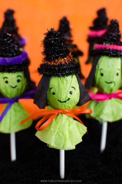 Cute Halloween classroom party idea: Make these adorable lollipop witches for your Halloween party favors. #halloween #halloweenparty #classroomparty #schoolparty #halloweenclassroomparty #halloweenpartyfavors #halloweenlollipops #halloweencraft